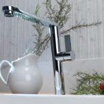robinet incliné sur la vasque