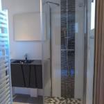 rénovation petite salle de bain avec galets marbre noir et blanc pour douche à l'italienne La Plagne