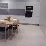 table bois et cuisine blanche avec crédence carrelage gris
